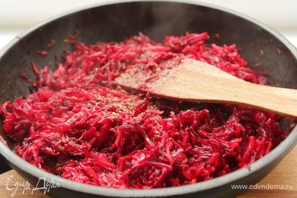 Специи, сахар, посолить, поперчить и готовить на небольшом огне 15 минут, помешивая.