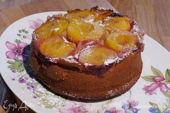 Готовый пирог перевернуть на блюдо.
