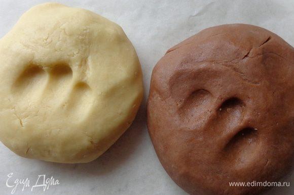 Приготовить свое любимое песочное тесто. Я предпочитаю вот это: http://www.edimdoma.ru/retsepty/76193-slivochno-shokoladnoe-pechenie-proschay-leto. Только для данного рецепта можно не использовать какао. Но, в принципе, почему бы и не поиграться с разными цветами. Тесто хорошо охладить, тогда оно будет чудесно держать форму и не будет расплываться. Вырезать формочками человечков. Выпекать при 180 градусах до легкой золотистости. Готовые изделия украсить растопленным шоколадом и мастикой.