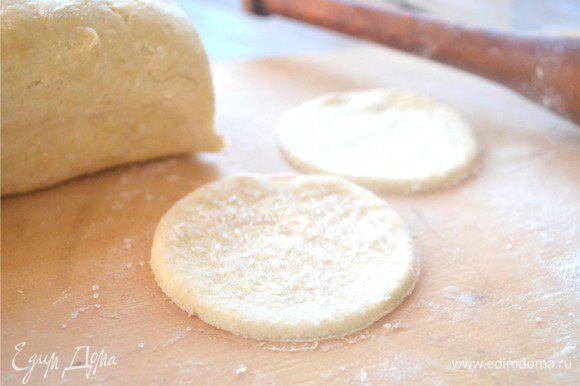 Затем одной стороной получившиеся круги мы обмакиваем в сахарный песок.