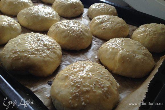Смазать булочки яйцом, присыпать кунжутом и отправить в духовку на 15-20 минут при температуре 200 градусов.