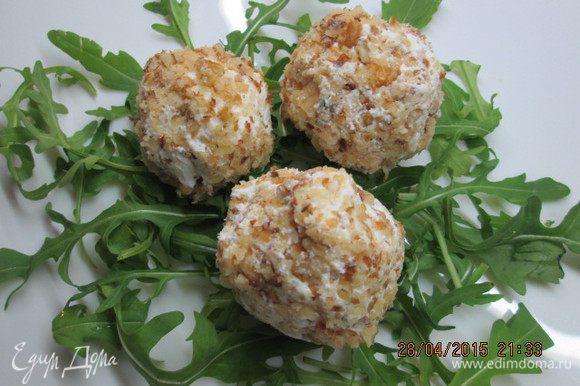 Взрослым наполняем шарики чесноком и подаем с руколой или листиками салата - закуска на все времена!