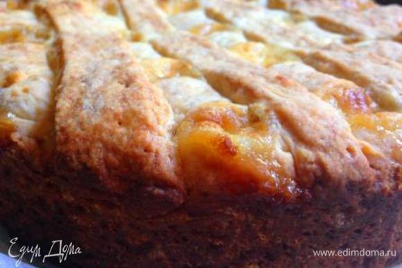 Поставить пирог в разогретую до 180-200 градусов духовку на 50-60 мин (ориентируйтесь по своей духовке!). Верх и бока торта должны зарумяниться.