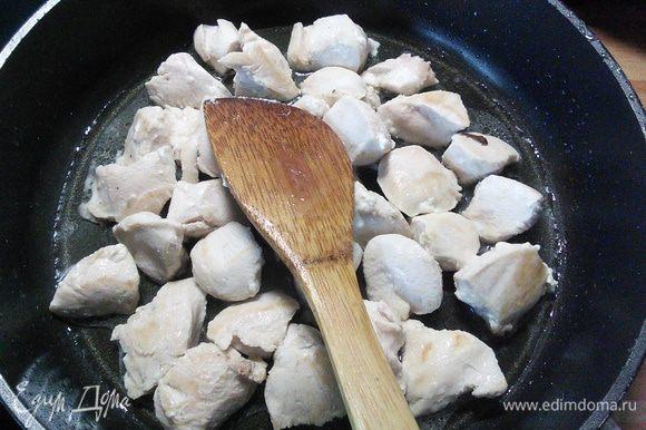 На разогретом масле в глубокой сковороде обжарить мясо до золотистого цвета, посолить и поперчить.