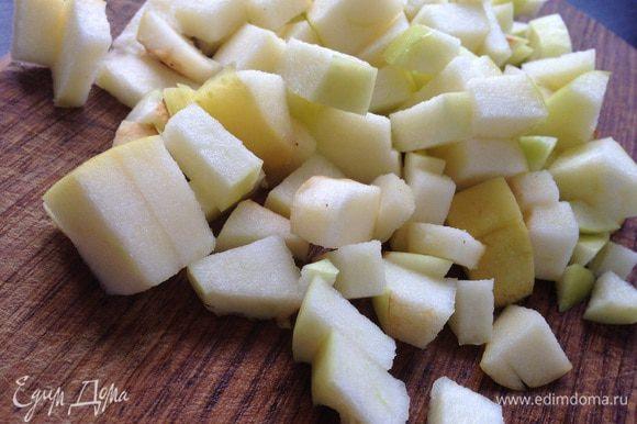 Яблоко вымыть и нарезать небольшими кубиками.