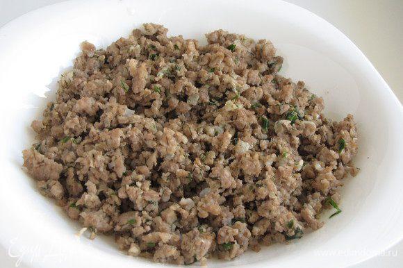 Разогреть в сковороде оливковое масло и обжарить мелко рубленный лук, добавить фарш и готовить, помешивая, разбивая лопаткой кусочки. В конце жарки добавить соль, перец и рубленную зелень кинзы и укропа. Готовый фарш выложить на тарелку и охладить.