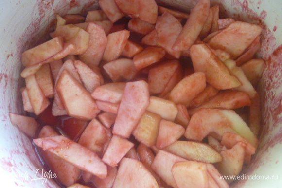Яблоки кладем в кастрюлю и заливаем водой, в которой варилась терновка. Томим на слабом огне до размягчения яблок.