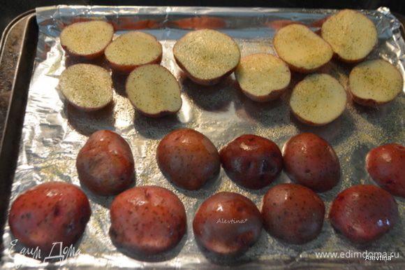 Яйца отварить, очистить. Разогреть духовку до 225°С. Картофель желательно взять мелкий, красный. Помыть, разрезать на части, посолить и поперчить. Выложить на противень, промазанный маслом. Поставить в разогретую духовку на 45 минут или до готовности.