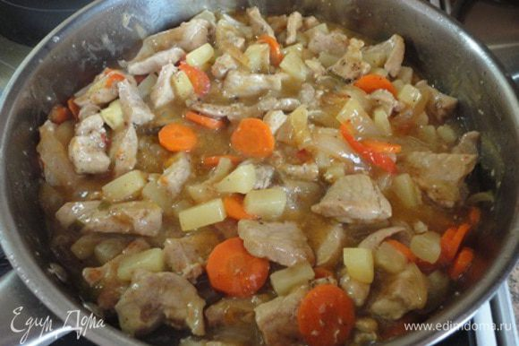 К овощам добавить мясо с ананасами, попробовать на соль, при желании добавить любимые специи, довести до кипения и выключить нагрев. Дать настояться 10 минут.