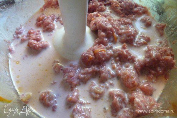 Добавляя понемногу молоко, в котором было мясо, взбиваем блендером в однородную массу.