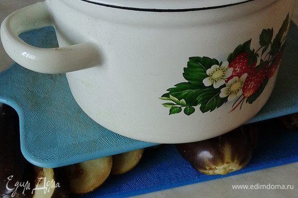 Уложить веером плоды на доску и накрыть другой доской, а сверху поставить груз.Оставить на 30-40 минут для удаления горечи.
