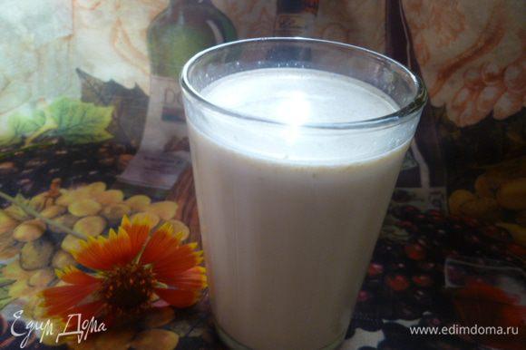 И в результате получается не только вкусный, но и полезный, а также очень сытный овсяно-молочный коктейль со сливовым вареньем.