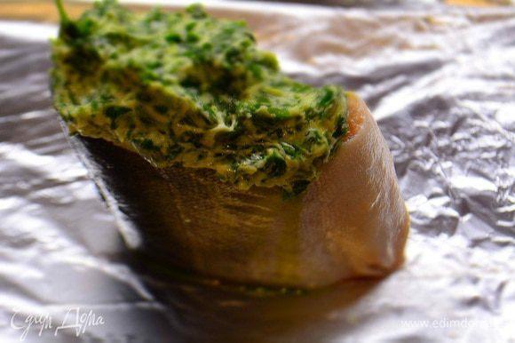 Рыбку помыть, обсушить, разрезать на порционные кусочки и уложить на фольгу. Сверху уложить масляную массу. Завернуть конвертом и запечь в духовке при Т 180 градусов 20 минут.