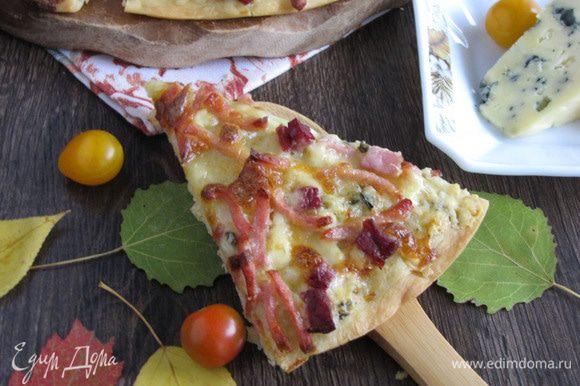 Готовую пиццу разрезать на сектора и подавать. Я первый раз готовила пиццу с голубым сыром. Очень понравилось, буду делать еще!)))
