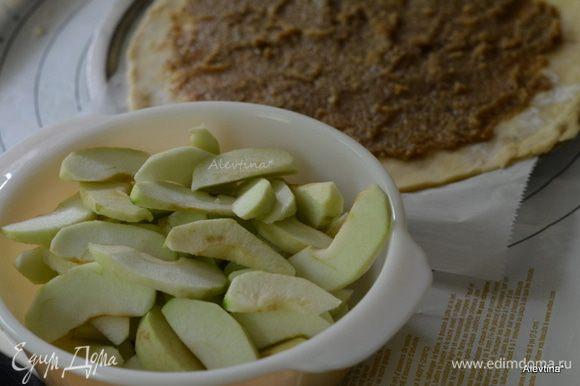 Разогреть духовку до 200 гр. Яблоки Голден Делишанс или Гренни Смит очистить от кожуры и косточек. Порезать на дольки.