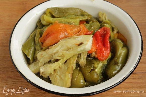 По прошествии времени с запеченных овощей снять шкурки.