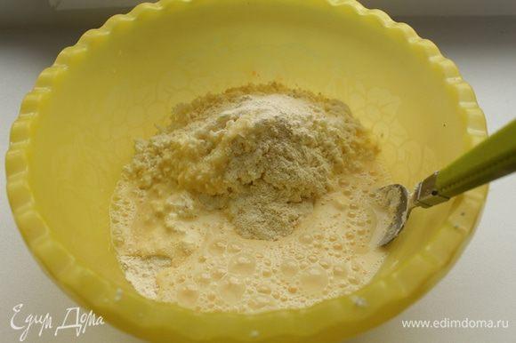 Яйца немного взбить, добавить к творогу, добавить немного сахара, затем муку и перемешать. Возможно, если влажный творог муки уйдет немного больше.