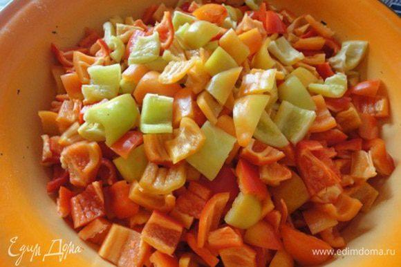 Для этого салата я обычно беру перцы разного цвета. Хотя можно обойтись только красным или желтым. Также режем на квадратики примерно 3 на 3 см, на один укус. Острый перец режем как можно мельче.
