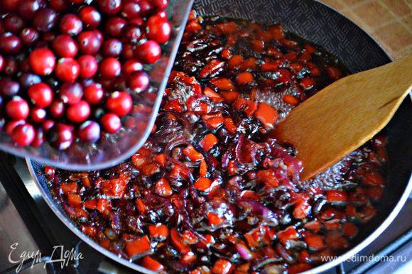 Клюкву очистите от мусора, промойте и добавьте в сковороду. Готовьте 5 мин. Часть ягод должна лопнуть, а часть остаться целыми.