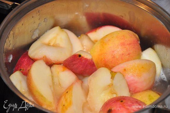 Яблоки режем на четыре части, вынимаем косточки и палочки, варим в кастрюле, добавив на дно небольшое количество воды. Варим как для яблочного пюре. Крышку не поднимаем, пока яблоки не превратятся в мякоть.