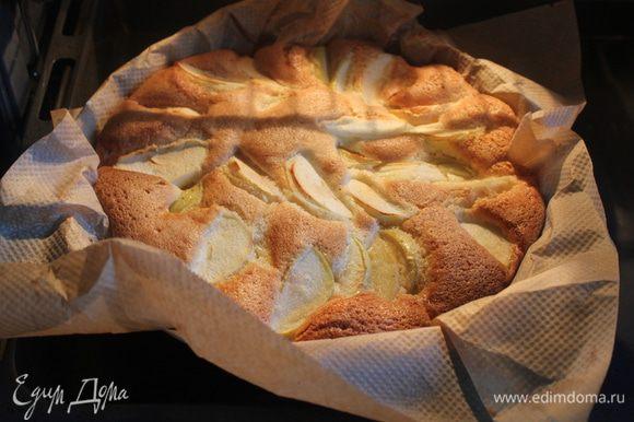 Готовый пирог остудите, украсьте сахарной пудрой и свежими ягодами.