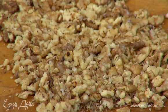 Теплые грецкие орехи раздавить пестиком.