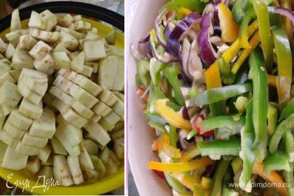 Как все закипит, добавить баклажаны кусочками и болгарский перец соломкой. Варить 25-30 минут.