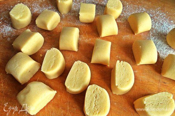 Из послушного теста лепим колбаску и делим на кусочки одинаковые как на ленивые вареники.