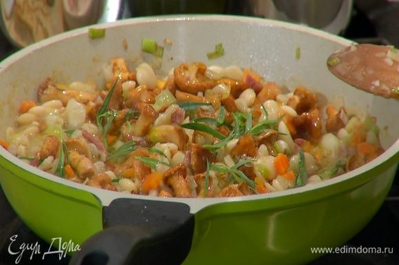 Снять сковороду с огня, добавить листья тархуна, влить оливковое масло Extra Virgin и перемешать.