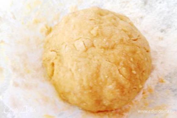Для сырных рулетиков яйцо взбить с солью и, добавив муку (муки может уйти чуть больше или чуть меньше), вымесить тесто.
