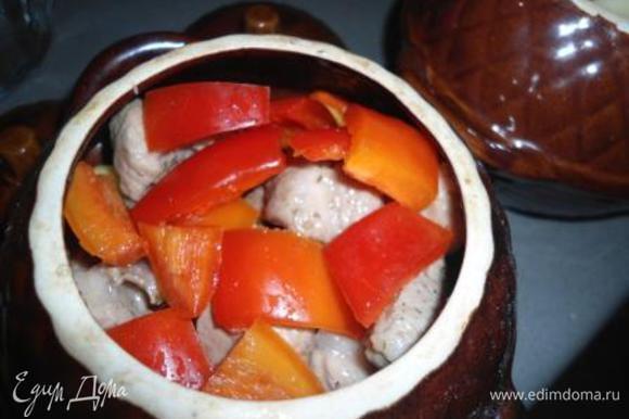 Овощи почистить, порезать крупными кусочками (морковку помельче, лук кубиками) и присолить. У меня были маленькие цукини и баклажан, добавляйте чего-то меньше, чего-то больше на свой вкус! В горшочек положить немного овощей, лук и дольку чеснока, затем обжаренное мяско и снова овощи.