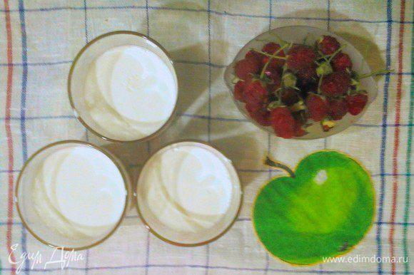 Если интересно, вот как я готовлю домашний йогурт: нагреваю слегка сливки 10%, добавляю чуток сахара, ванилина и сметану; ставлю в кастрюлю с горячей водой (не кипятком), накрываю кастрюлю крышкой и укрываю полотенцем на ночь. Густой, нежный, сливочный, ароматный и сладковатый йогурт готов! На 0,5 литра сливок - половина ст. л. сметаны, половина ч. л. сахара, щепотку ванилина.