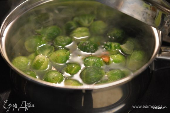 Выложить капусту брюссельскую в кастрюлю, залить водой и довести до кипения. Убавить огонь, закрыть крышкой и готовить еще 6-8 мин.