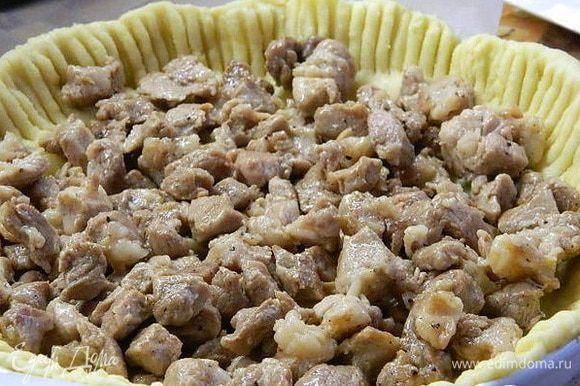 На тесто ровным слоем уложить жареное мясо.