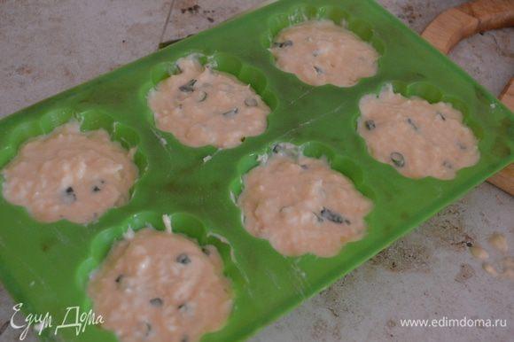 Раскладываем тесто в форму (оставляем немного неполную форму, т.к. кексы хорошо будут подыматься).