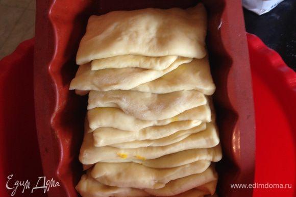 Форму для хлеба ставим под наклоном и выкладываем квадратики поочередно, не прижимая друг к другу. В таком положении оставляем форму с хлебом минут на 30 (накрываем чистым кухонным полотенцем).