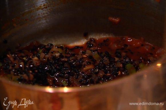 Всыпать рис, перемешать и прогревать несколько минут, чтобы рис пропитался ароматами масла и овощей, затем влить белое вино, довести до кипения и уменьшить огонь.