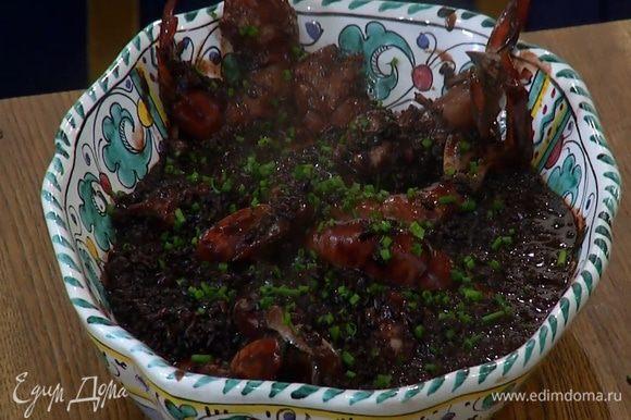 Шнитт-лук мелко порубить и посыпать рис с креветками.