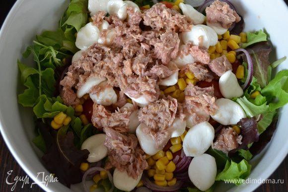 Слить лишнее масло с консервированного тунца и тоже добавить в салат.