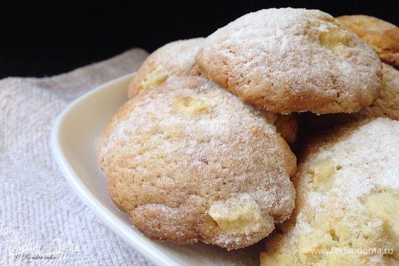Готовому печенью дать остыть и посыпать сахарной пудрой.
