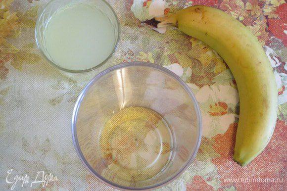 Сыворотка для коктейля может быть холодной, если хотите получить освежающий напиток или комнатной температуры, если это для ребенка или по другим причинам, связанным со здоровьем. Налейте в высокий стакан блендера порцию сиропа агавы (или меду).