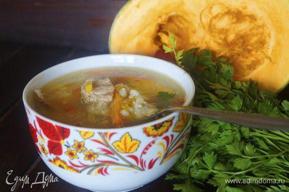 Затем похлебку посолить, добавить готовую перловую крупу и зеленый горошек. Варить еще минут 10. Разлить горячий суп по порционным тарелкам, посыпать зеленью и подать к столу. Приятного аппетита!