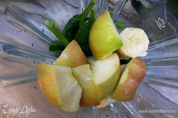 В блендер отправляем банан, яблоко и шпинат. Добавляем воду и лимонный сок. Взбиваем до однородности.