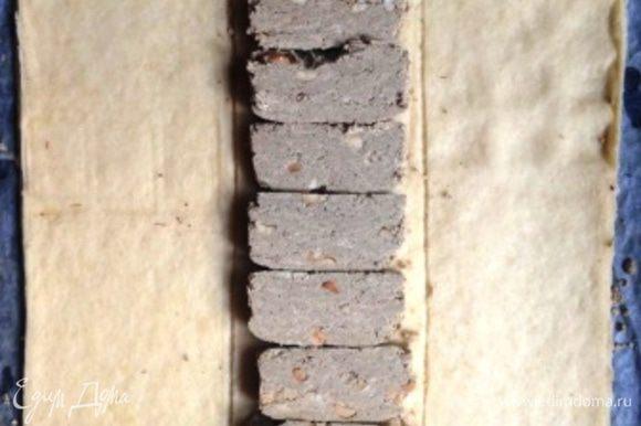 Убрать пока шоколад, а вместо него выложить нарезанную пластинами халву.