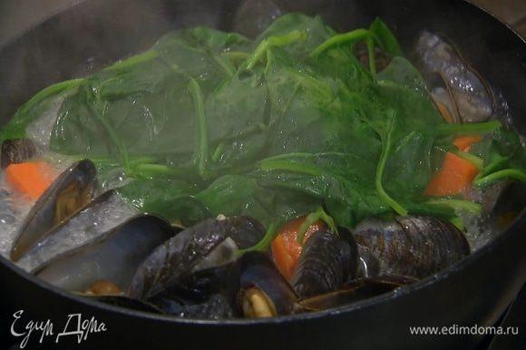 Готовый батат выложить в сковороду с мидиями, добавить шпинат, накрыть крышкой и дать шпинату поплыть, затем выключить огонь.
