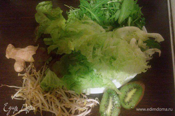 Складываем все ингредиенты в блендер: салат, рукола, киви, имбирь, ростки пшеницы, лед и минеральная вода.