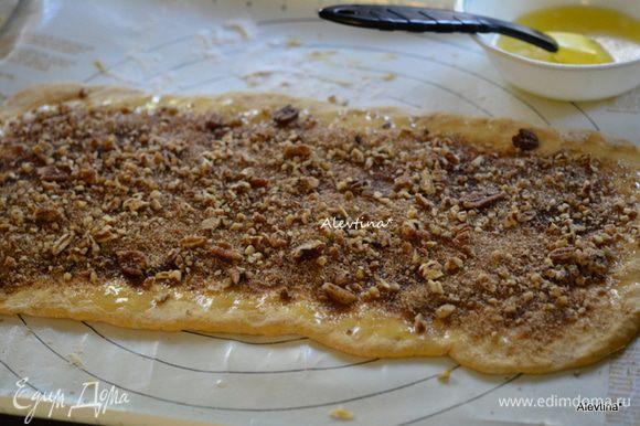 Затем выложить 1/2 часть приготовленного сахара для начинки. Орехи также 1/2 часть.