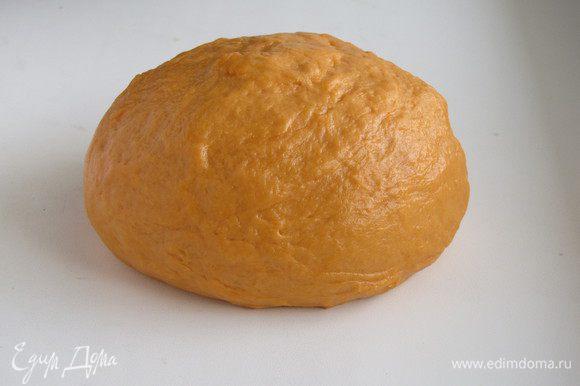 """Добавить просеянную муку с разрыхлителем и замесить тесто. Тесто хорошо вымесить, оно должно быть мягким и эластичным. Лана советует не """"забивать"""" тесто лишней мукой, оно должно оставаться достаточно мягким. Готовое тесто уберем в холодильник, пока будем заниматься начинкой."""