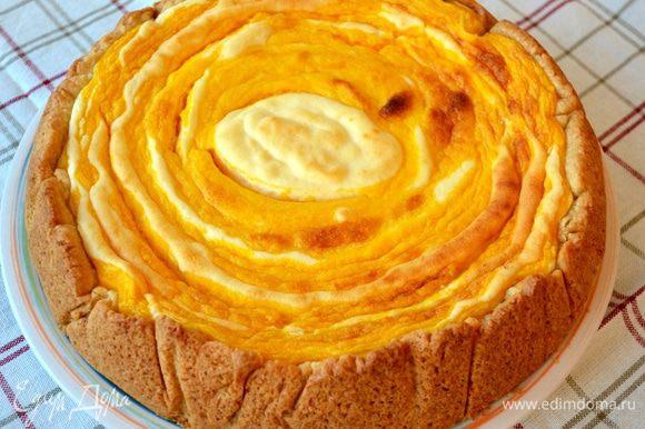 Готовый пирог достать из духовки и остудить. Уже немного остывшим пирог достаточно легко достается из формы. Подавать остывшим (хотя и еще немного теплым он вкусный).