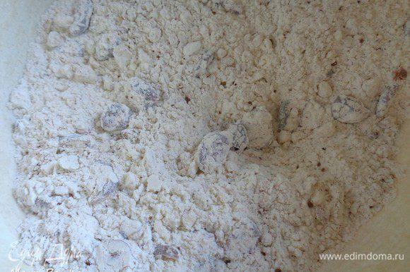 Смешать сухие ингредиенты в миске (муку, соду, соль и пряности).